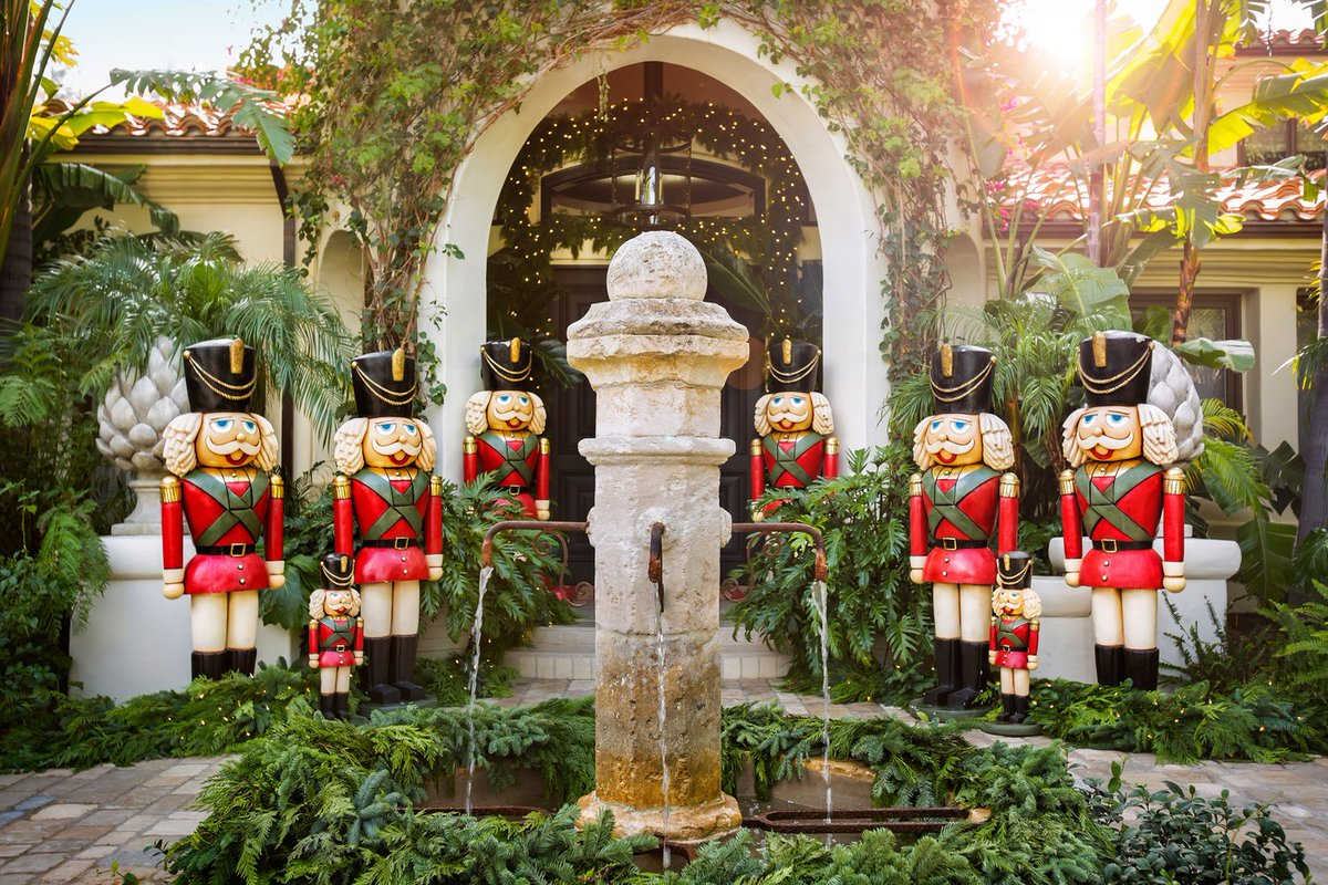 THESE ARE KRIS JENNER'S FAVOURITE CHRISTMAS HOME DESIGN IDEAS kris jenner 10 PHOTOS PROVING KRIS JENNER HAS THE COOLEST CHRISTMAS DECORATIONS C0FFsQ8XEAATC46