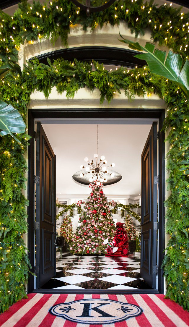 THESE ARE KRIS JENNER'S FAVOURITE CHRISTMAS HOME DESIGN IDEAS kris jenner 10 PHOTOS PROVING KRIS JENNER HAS THE COOLEST CHRISTMAS DECORATIONS C0FY3o7WQAAFgtV