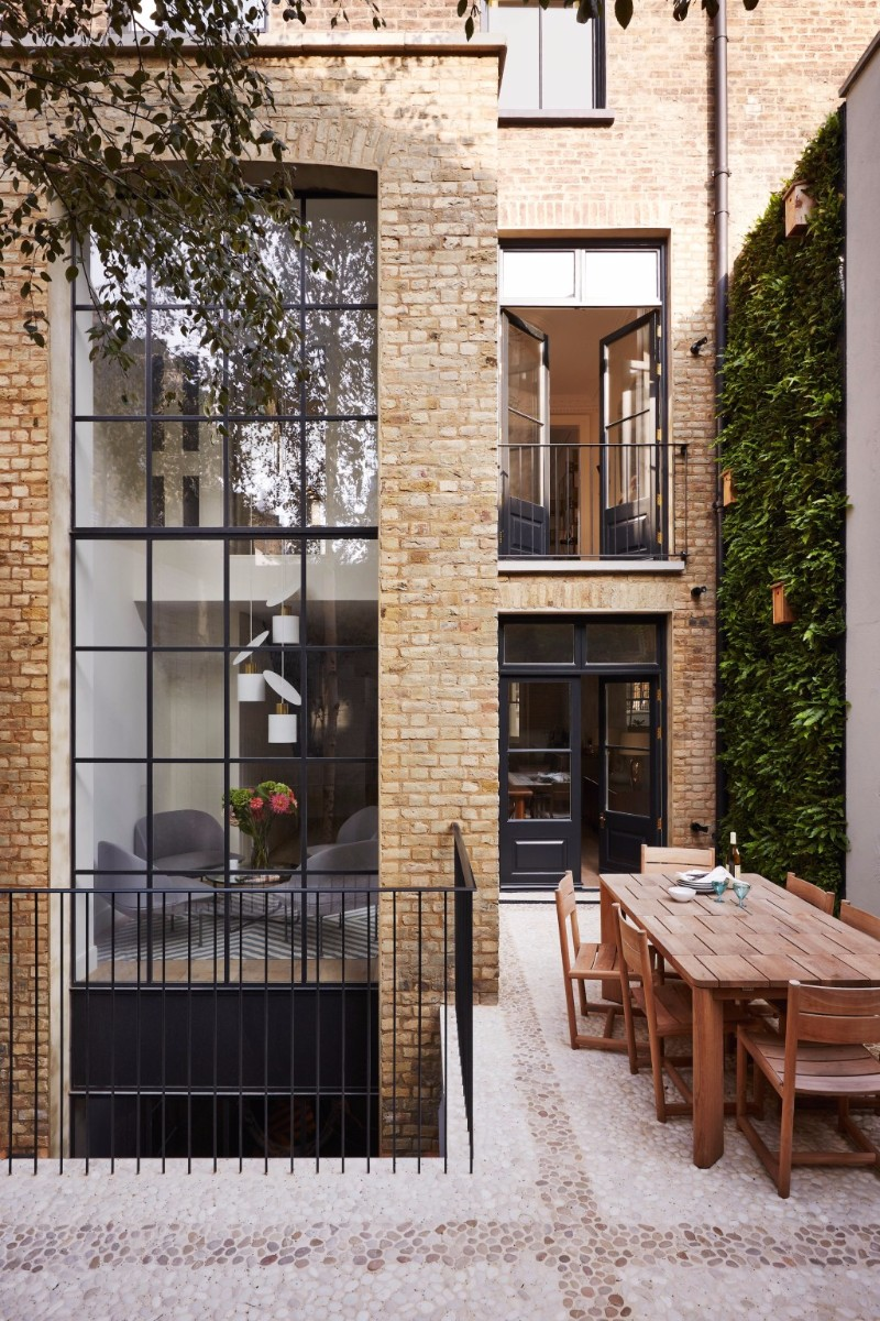 TAKE A LOOK AT THIS NOTTING HILL TOWNHOUSE